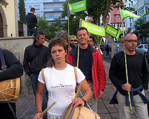 "Sí se puede - Demonstrators for ""Alternativa Sí se puede por Tenerife"" carrying ""Sí se puede"" signs"