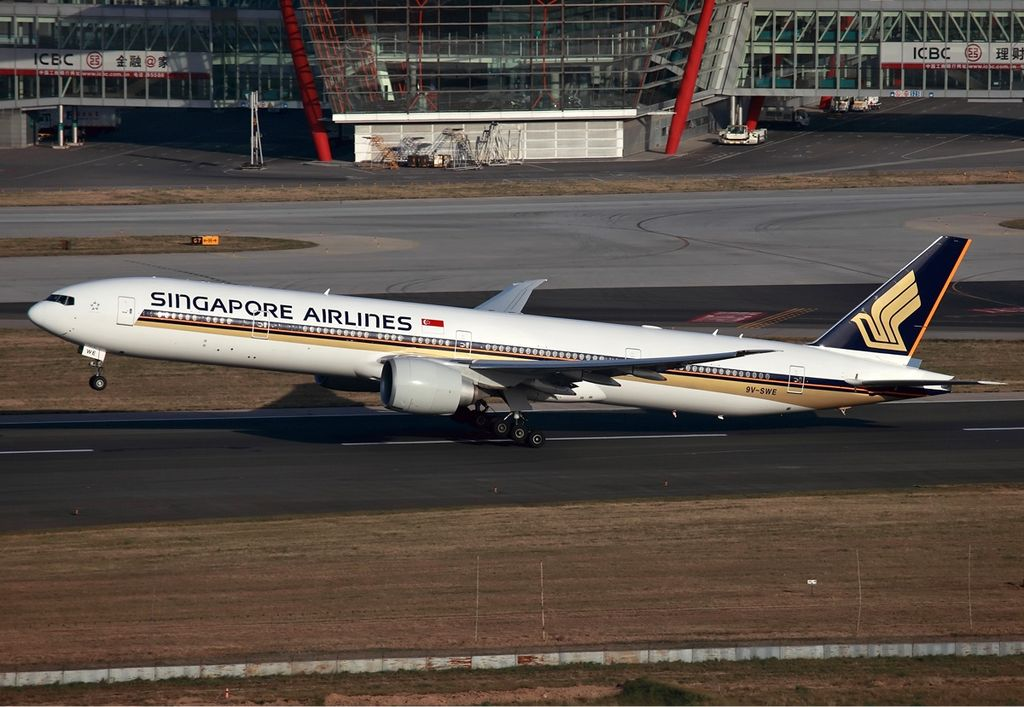 Singapore Airlines Boeing 777-300ER taking off from Beijing Capital ...