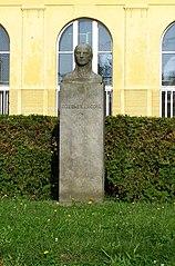 Busta Boženy Němcové u školy Boženy Němcové