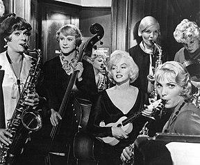 Monroe, Curtis i Lemmon grają na instrumentach z innymi muzykami w orkiestrze