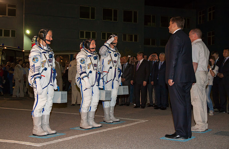 File:Soyuz TMA-09M crew salutes officials from Roscosmos.jpg