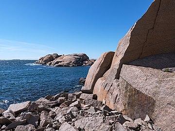 Stångehuvud red granite cliffs 06.jpg