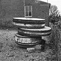 Standerdmolen, in restauratie, maalstenen - Alphen - 20007654 - RCE.jpg