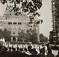 Szentháromság tér, szemben a Pénzügyminisztérium épülete, jobbra a felállványozott Mátyás-templom. Szent István nap, Szent Jobb körmenet. Fortepan 83815.jpg