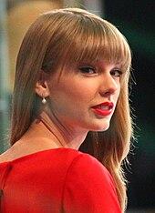 Taylor Swift v červených šatech.