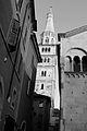 Torre Ghirlandina di Modena bianco e nero.jpg