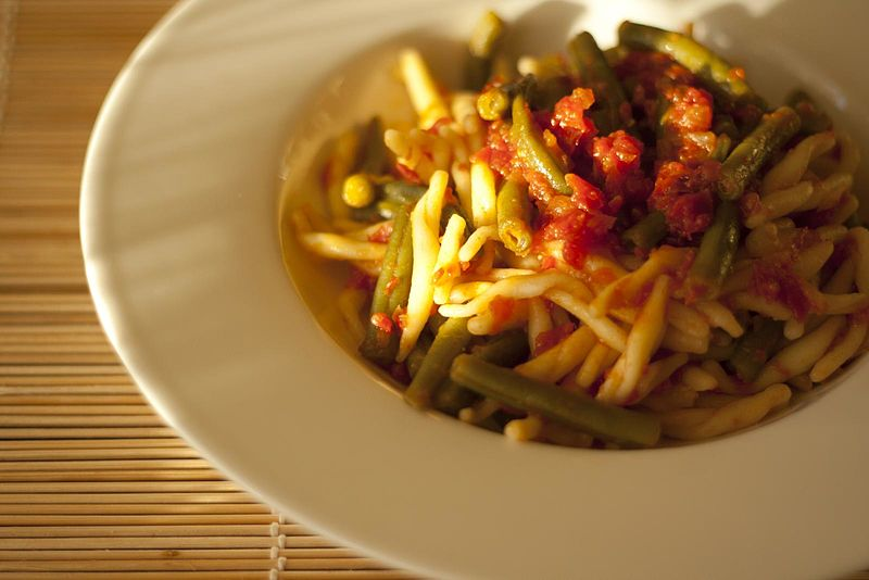 File:Trofie with green beans and tomatoes (7421440386).jpg
