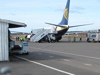 Passagerare går ombord på ett plan på Åbos flygplats