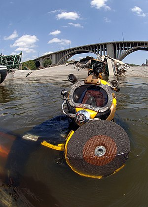 Abrasive saw - US Navy diver preparing to use an abrasive saw for underwater salvage