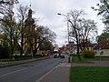 Uhříněves, náměstí s kostelem.jpg