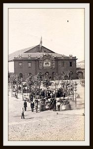 Valparaíso, primer teatro de la Victoria (actual plaza Simón Bolivar) - Rafael Catro - 1864.jpg