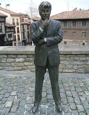 Ken Follett - Follett statue in Vitoria-Gasteiz, Spain