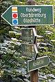 Wanderwegweiser westlich des Haltepunktes Schmiedeberg-Buschmühle.jpg