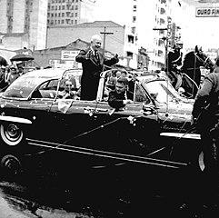 Vista pontual de desfile em carro aberto. São Paulo/SP