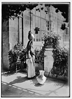 Woman from Ramallah, standing in courtyard of the American Colony, with pottery vessel on her head LOC matpc.06316.jpg