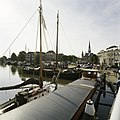 Zicht op haven met omliggende historische gebouwen en boten - Gouda - 20387435 - RCE.jpg