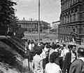 Átjáró a Vörös tér és a szemben látható Manézs tér között, sorban állók a Lenin mauzóleumhoz. Fortepan 73646.jpg