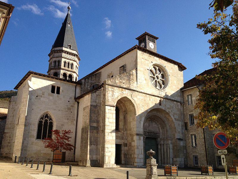 Vue extérieure, sur le parvis de l'église abbatiale Saint-Michel de Nantua