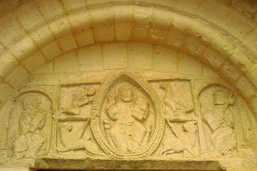 Bas-relief dans le tympan du portail méridional de la nef. Il s'agit d'une grande plaque de 1,40 m sur 0,53 m dont les côtés verticaux sont légèrement cintrés. Sculptée en méplat, il représente un Christ en Majesté dans une mandorle, entouré des symboles des Évangélistes et des Apôtres, Pierre et Paul.