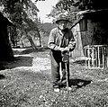 Škulj Janez (rojen 1874) ima v rokah lovsko palico, ki se lahko preuredi v sedež (sinov izdelek). Pri Matički, Kaplanovo 1960.jpg