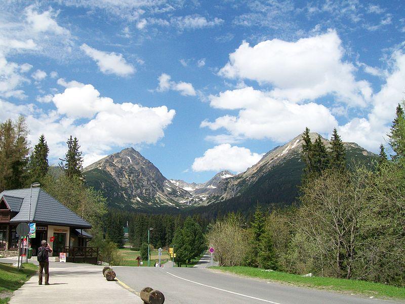 File:Štrbské Pleso - pohľad na štíty hôr.jpg