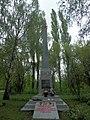 Група братських могил радянських воїнів і мирних жителів, які загинули під час бомбардування ст. Ніжин 74-104-0135 01.jpg