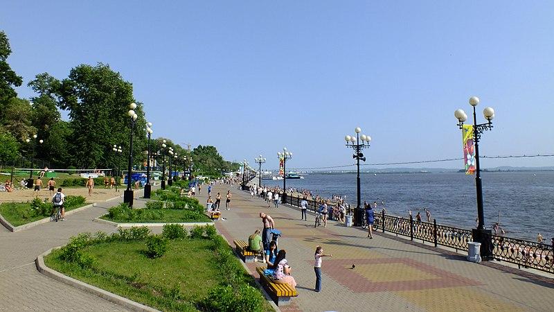 File:Хабаровск, летом на набережной Амура.JPG