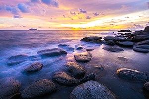 Ranong Province - Image: โขดหินริมหาดอุทยานแห ่งชาติแหลมสน