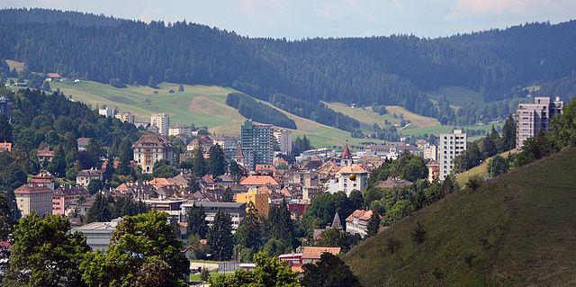 Blick auf die Stadt Le Locle in der Schweiz