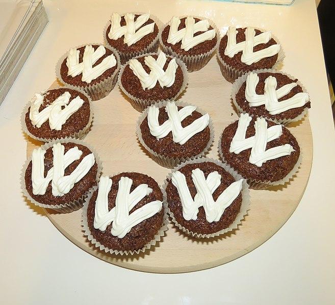 File:15th Birthday of Serbian Wikipedia, cupcakes 01.jpg