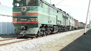 Файл:2TE10V-4805 with freight train.webm