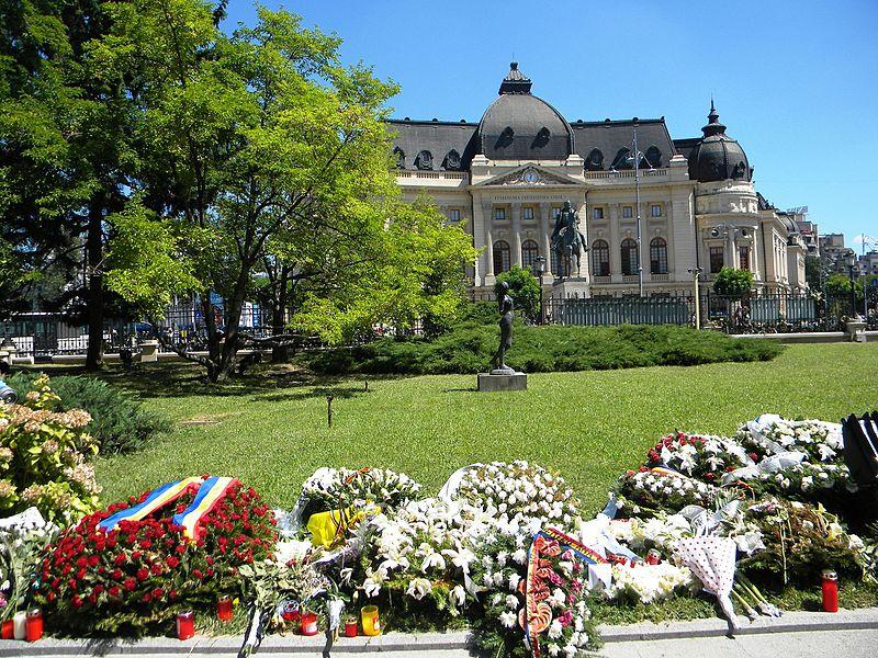 File:5. Bucuresti. Romania. Flori in memoriam Reginei Ana. In fundal Biblioteca Centrala Universitara (Fundatia Carol I).jpg