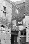 foto van Huis, met groot wolfdak en brede lijstgevel, rechts voorzien van een geprofileerde koetspoort.