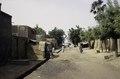 ASC Leiden - van Achterberg Collection - 03 - 58 - Une rue calme menant au fleuve Niger avec des constructions basses de brique - Ségou, Mali - novembre-décembre 1993.tif