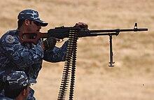 Appartenente alla polizia militare irachena (dopo la guerra d'Iraq) che imbraccia una mitragliatrice PKM