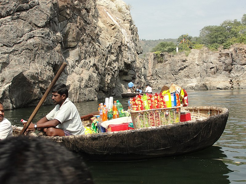 படிமம்:A scene of vendor in coracle 1.JPG