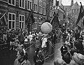Acht oktoberfeest in Alkmaar, kinderen met een globe, Bestanddeelnr 909-8996.jpg