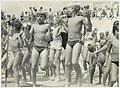 Aerobic dansen voor de jeugd op het strand. NL-HlmNHA 54005665.JPG