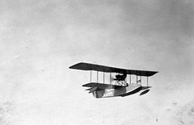 Un Aeromarine 40 in volo vicino all'USS AG-1 Hannibal nel 1923