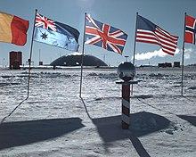 220px-AmundsenScottSuedpolStation.jpg