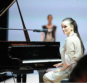 Anjelika Akbar - Akbar with her piano before the concert