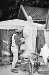 atelier ton mooij met beeldhouwer aan het werk - amersfoort - 20001960 - rce