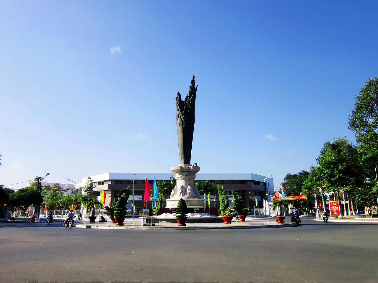 Tượng đài Bông Lúa trước công sở UBND tỉnh An Giang, Việt Nam. Ảnh Wikipedia