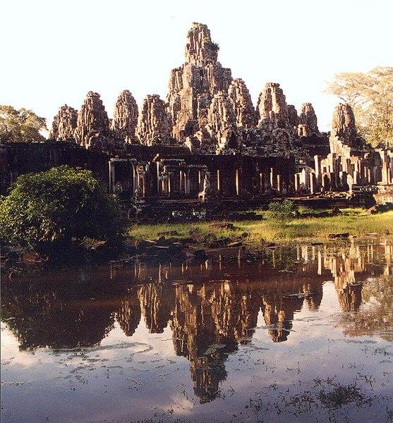 File:Bayon Angkor Spiegelung.jpg