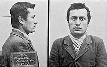 Foto segnaletica di Mussolini nel periodo svizzero (1903), quando fu arrestato dalla polizia elvetica perché sprovvisto di documento d'identità: Il cartello riporta l'erronea dicitura Mussolini Benedetto