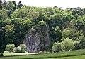 Blick über die Lahntalbahn zum König-Konrad-Denkmal auf einem Felsen über der Lahn bei Villmar.jpg