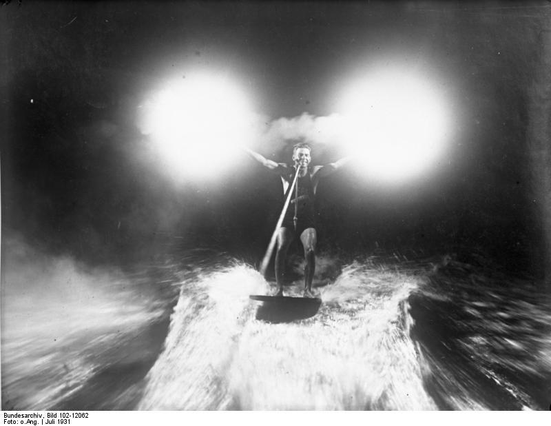Bundesarchiv Bild 102-12062, Wasserreiter mit Magnesiumfackeln