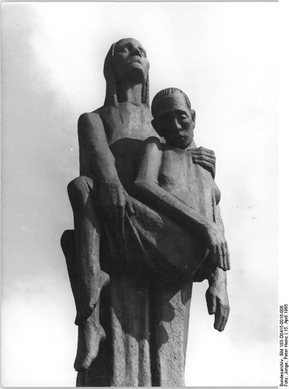 Bundesarchiv Bild 183-D0415-0016-006, Mahn- und Gedenkstätte Ravensbrück, Plastik