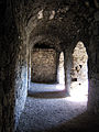 Burg Hohenurach 11 Gewölbegang mit Fensternischen 01.jpg