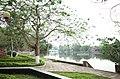 Công viên ven hồ Thứa, thị trấn Thứa, huyện Lương Tài, tỉnh Bắc Ninh, nhìn về phía cầu bắc qua hồ.jpg